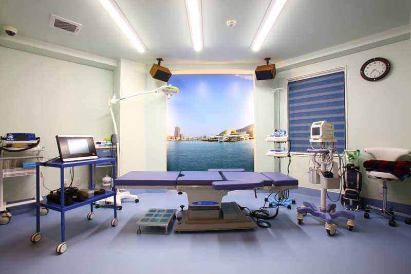 手術室には長崎港の風景をスクリーンに描き出した、遊び心ある心くばりも
