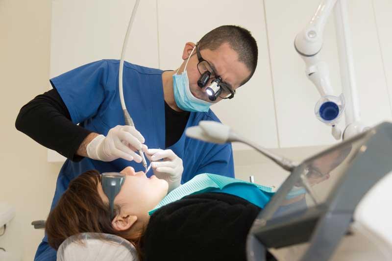 歯周病治療にも使用できる「Er-YAGレーザー」を使用し、歯周病菌の殺菌を行っている