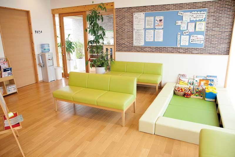 8月に2周年を迎える〈まき歯科あづま〉。子どもにも親しんでもらいたいと、キッズスペースも設置している