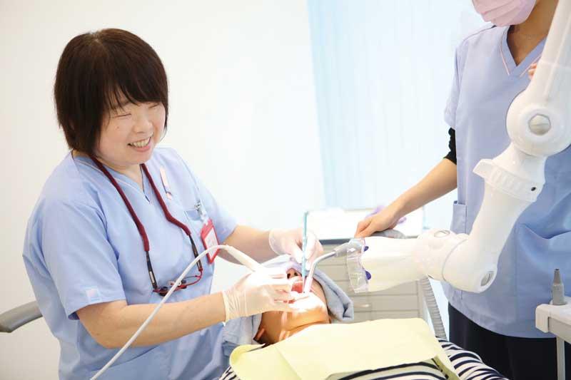 歯科治療に長く携わってきた経験豊富なスタッフも常駐。患者とのあたたかなコミュニケーションの構築を目指しているので、まずは気軽に声をかけてみて