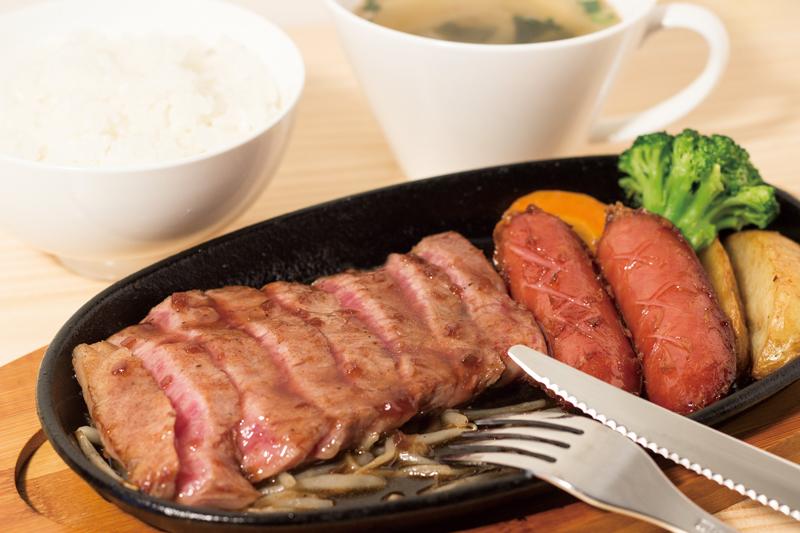 「長崎和牛出島ばらいろロースステーキ」2,138円。(ごはん・サラダ・スープ付)