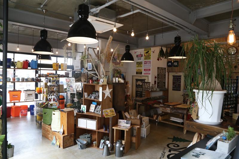 1階にはデッドストックからモダンな家具、うつわ、かわいいキッチン雑貨などなど、個性豊かな雑貨たちが所せましと並ぶ